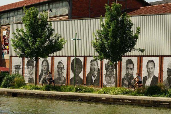 Cet été, des centaines de portraits noir et blanc envahissent les murs du canal de l'Ourcq de la Place de Stalingrad au bassin de Pantin.