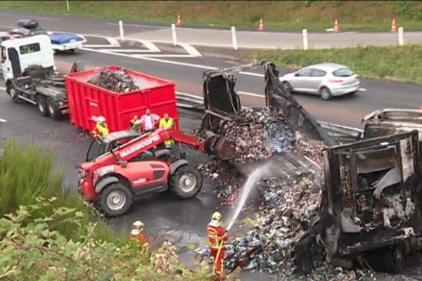 Le chargement du camion a entièrement pris feu