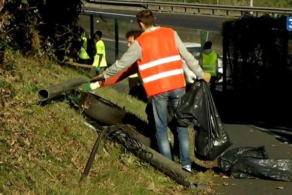 Les bénévoles se sont retrouvés sous le pont de Cheviré pour la collecte des déchets