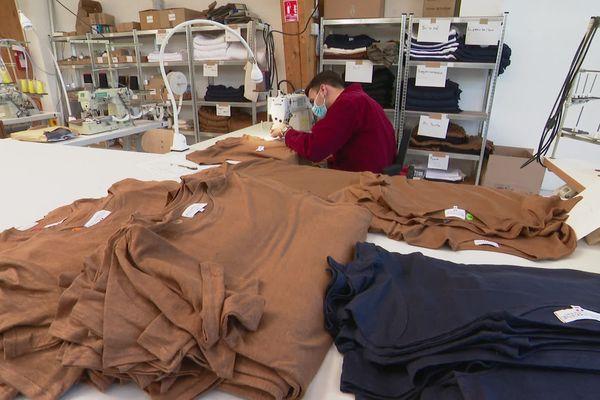 Dans l'atelier de LINportant à Evrecy où débute la confection de tee-shirts en lin bio