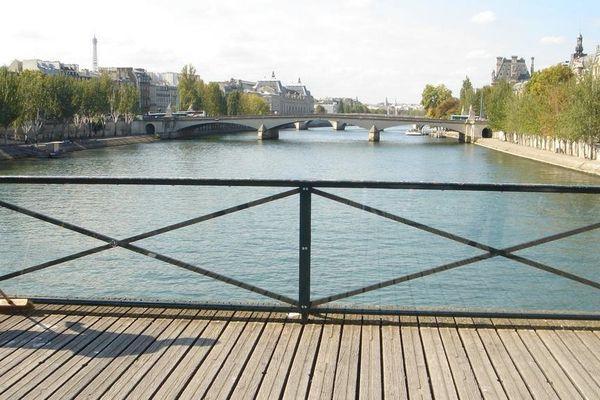Avec l'installation de panneaux vitrés sur le Pont des Arts, on ne devrait bientôt plus être en mesure d'attacher de cadenas.