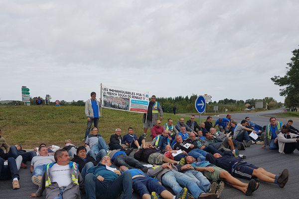 La centaine de salariés de GM&S la Souterraine ont occupé plusieurs heures les alentours du site PSA de Sept-Fons, à Dompierre-sur-Besbre dans l'est de l'Allier.