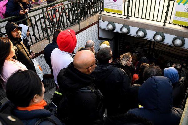 Une file de voyageurs tentant d'accéder au métro, Porte d'Orléans sur la ligne 4 du métro, le 20 décembre (illustration).