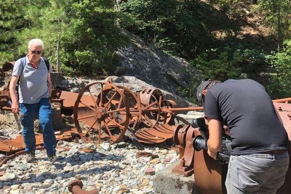 Au milieu des machines restantes à la mine de la Finosa, commune de Ghisoni.