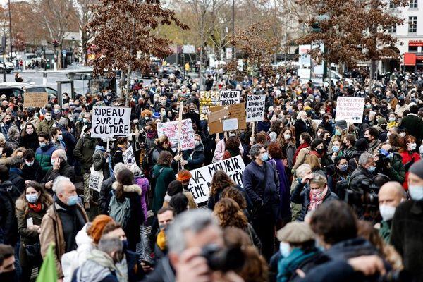Mardi 15 décembre, de nombreuses personnes ont manifesté place de la Bastille pour protester contre la décision du gouvernement de ne pas rouvrir les lieux culturels.