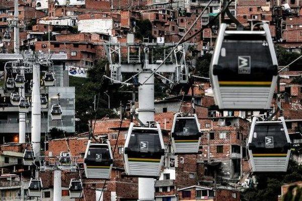 Comme Medellin, en Colombie, le Grand Lyon pourrait avoir droit à sa ligne par câble dans les années à venir. (Vue du réseau câblé de métro du quartier Comuna 13 à Medellin, en Colombie, le 11 novembre 2019. )
