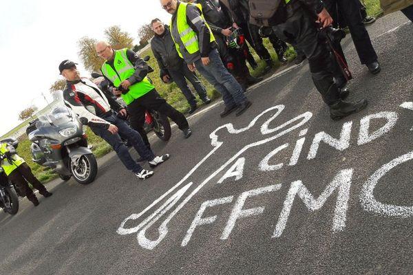 Sur la chaussée, les motards de la FFCM ont dessiné le corps d'une victime, pour alerter sur leur fragilité sur la route