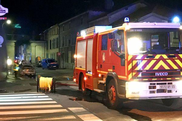 Une vingtaine de sapeurs pompiers est intervenue sur place pour évacuer les habitants et sécuriser les abords de la fuite de gaz.