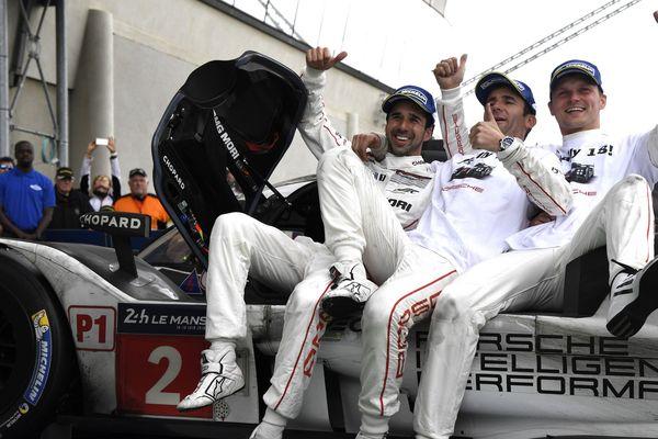 Neel Jani, Romain Dumas et Marc Lieb célèbrent la victoire de leur Porsche 919 Hybrid au Mans le 19 juin 2016