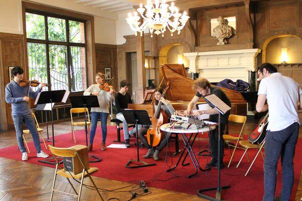 Sept Particules est une pièce commandée par le Festival de Pâques de Deauville. Les sept musiciens qui l'interprètent sont autant de particules assemblées pour créer une forme atypique.