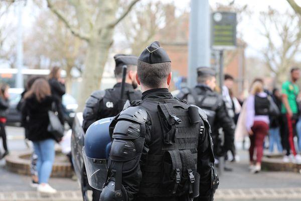 Un policier devant la gare de Compiègne, le 10 décembre (image d'illustration). Ce jour-là, plusieurs villes de l'Oise, dont Méru, avaient été le théâtre de manifestations parfois violentes de lycéens.