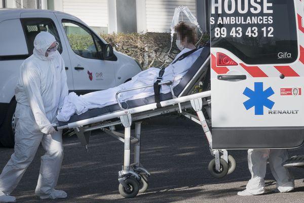 Évacuation d'un patient atteint par le covid-19, à Mulhouse le 24 mars 2020