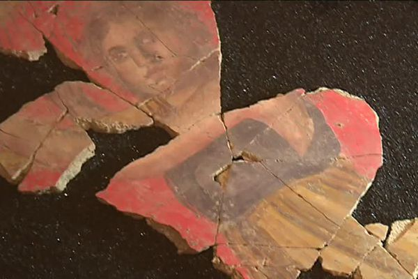 La harpiste, l'enduit peint qui donné son nom à la maison découverte par les fouilles à la Verrerie