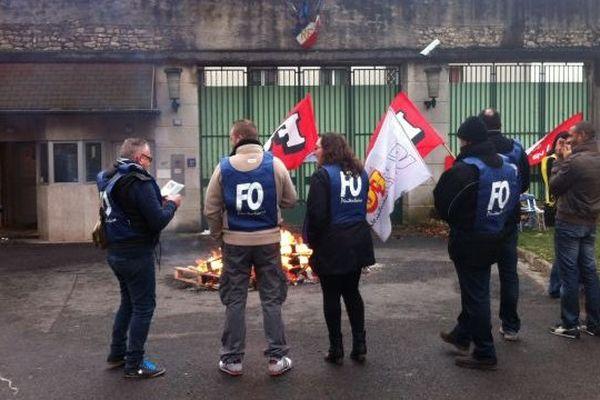 Les gardiens de la maison d'arrêt d'Orléans bloquent l'accès de l'établissement. 23 janvier 2014