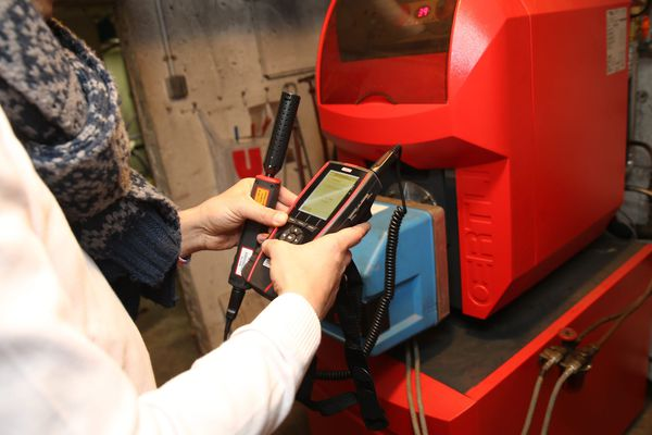 Un diagnostiqueur réalise un test de présence ou fuite de monoxyde de carbone sur une chaudière.