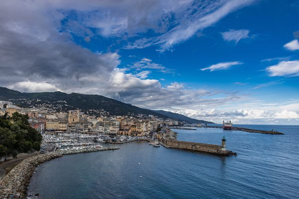 Illustration. Le centre-ville de Bastia, avec son vieux-port, a généré 1,13 million de passages mensuels entre mars 2020 et janvier 2021.
