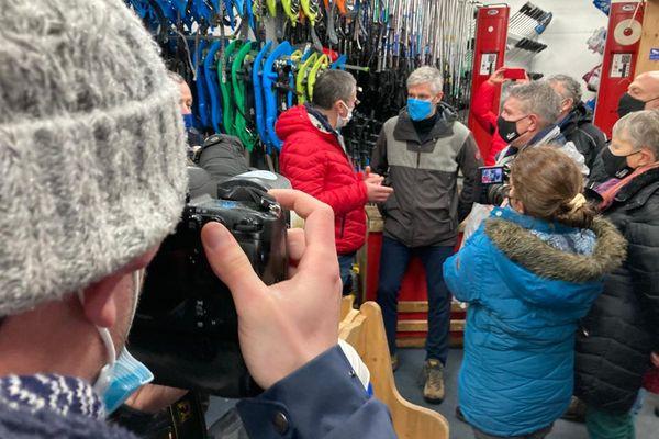 Remontées mécaniques, hébergeurs, restaurateurs, moniteurs et loueurs de ski ont évoqué leurs inquiétudes à quelques jours du début des vacances d'hiver.