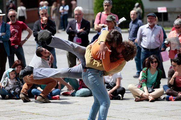 Les comédiens danseurs de la compagnie espagnole Moveo. Un spectacle qui défie les lois de l'équilibre à voir le mercredi 7 juin au Petit jard.