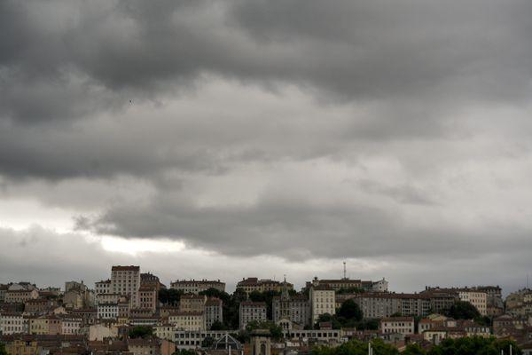Météo France prévoit des rafales pouvant aller jusqu'à 100 km/h, des fortes précipitations et même de la grêle dans la région Rhône-Alpes.