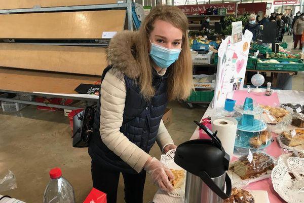 Emma Chemin a vendu ses pâtisseries au marché couvert de Charleville-Mézières pour financer sa mission humanitaire.