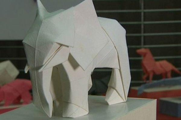Cet éléphant, la dernière création de Tetsuya Gotani, revient tout juste d'une exposition à New-York. Il lui a fallu 3 mois de travail pour créer ce modèle original.