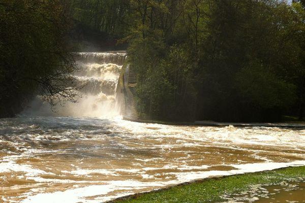Le barrage du lac de Pont vide son trop plein dans l'Armançon