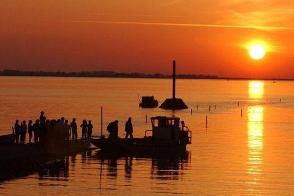 Beauvoir-sur-Mer : le soleil se couche, en ce début juin, sur le passage du Gois, reliant Beauvoir-sur-Mer, sur le continent et l'ile de Noirmoutier, entièrement recouvert par la mer, à marée montante...