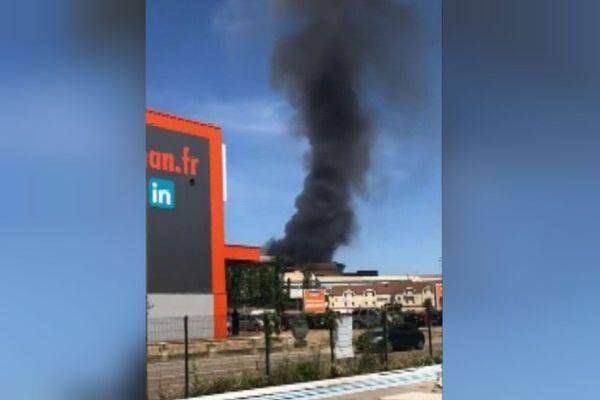 L'incendie a généré d'importantes fumées noires mais a pu être rapidement maîtrisé.