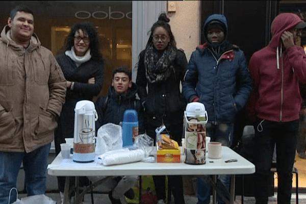 Une fois par semaine, ces jeunes issus du quartier de Persigne, organisent un café solidaire pour recueillir des dons pour les sans-abris