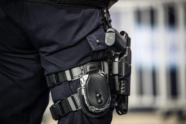 Un policier avec une arme à feu (illustration).