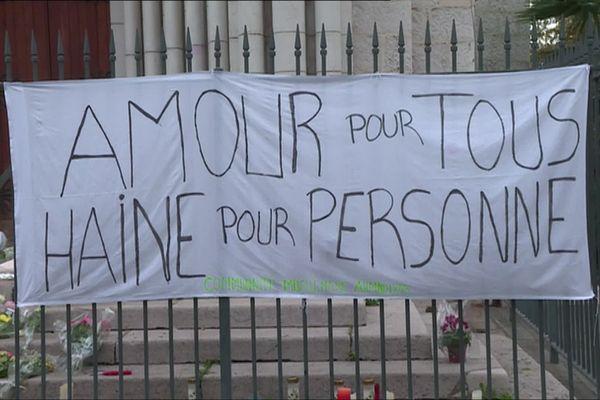 """""""Amour pour tous, haine pour personne"""", l'un des messages sur les grilles de la basilique Notre-Dame à Nice."""