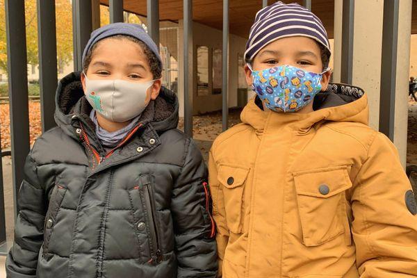 Comme Siméon et Samuel, élèves en CE1 à l'école Cour de Lorraine à Mulhouse, de nombreux enfants vont devoir porter le masque pour la première fois, pour rentrer à l'école.