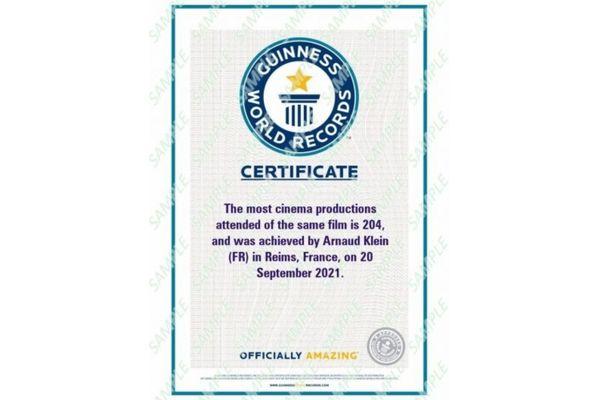 Arnaud Klein a reçu son certificat du Guinness Book : il a officiellement battu avec Kaamelott le record mondial du même film vu le plus grand nombre de fois.