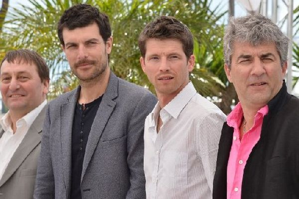 De droite à gauche Alain Guiraudie, chemise fushia, et trois principaux comédiens : Pierre de Ladonchamp, Christophe Paou et Patrick d'Assumcao à Cannes.