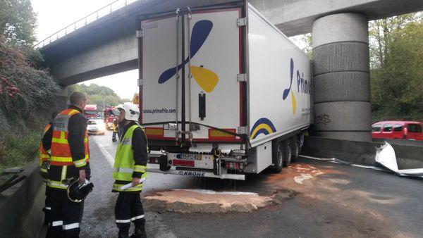 Le camion accidenté sur l'A20 0 hauteur d'un pont SNCF ( Limoges-Poitiers) transportait de la colle néoprène et du lait aromatisé