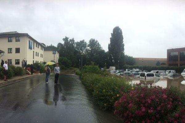 A Saint-Thibault-des-Vignes, un parking a été envahi par les eaux.