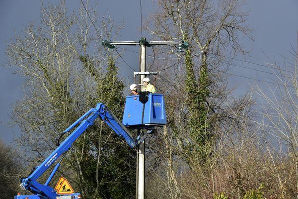 Des techniciens d'Enedis réparent une ligne électrique, photo d'illustration.