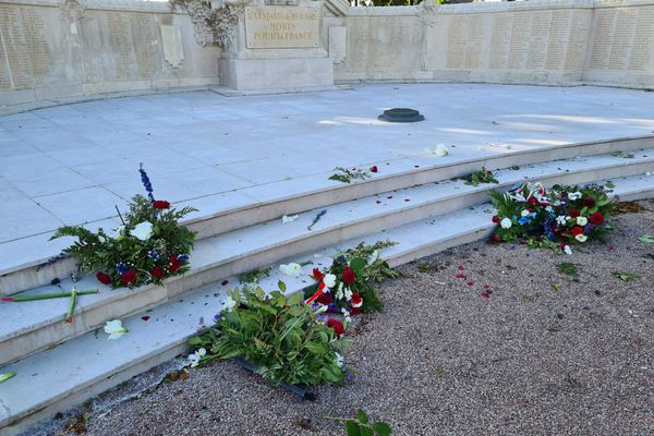 Les gerbes déposées dimanche 23 mai 2021 devant le monument aux morts de Beauvais ont été saccagées