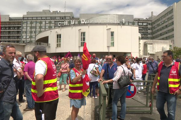 """Plusieurs centaines de personnes rassemblées devant le CHU de Limoges à l'occasion d'un nouveau """"mardi de la colère"""" le 30 juin 2020."""