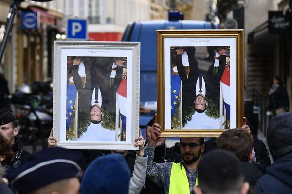 En mars 2020, des militants d'ANV-COP21 ont tenté d'aller à l'Elysée rendre des portraits officiels d'Emmanuel Macron décrochés dans des mairies