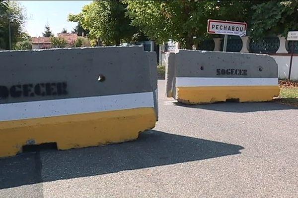 Des blocs de béton censés dissuader les automobilistes.