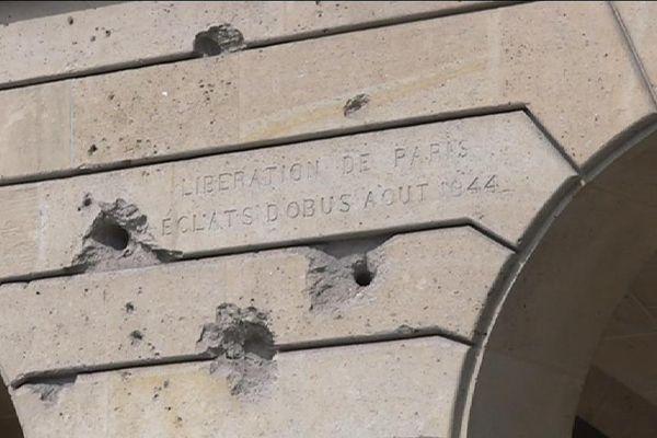 Des éclats d'obus, à Paris, restes de la libération de Paris.