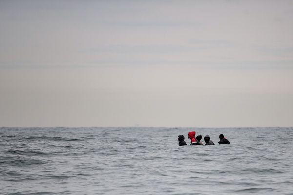 Des migrants tentant de traverser la Manche en août 2020.