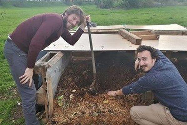 Mathieu et Valentin en train de composter à Toulouse, dans le quartier Bellefontaine