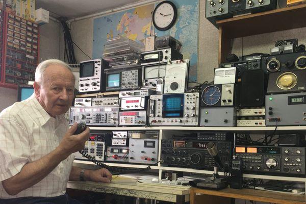 Bernard Adam, un homme de radio qui a toujours baigné dans son univers électronique, et aussi, un réparateur de postes de télévisions d'un autre temps