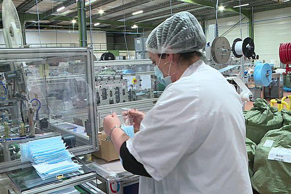 Un an après le début de la crise sanitaire de Covid 19, les besoins en masques sont toujours importants. Une situation qui permet à certaines entreprises de la région Occitanie de s'ouvrir à de nouveaux marchés porteurs et redynamiser toute une filière.
