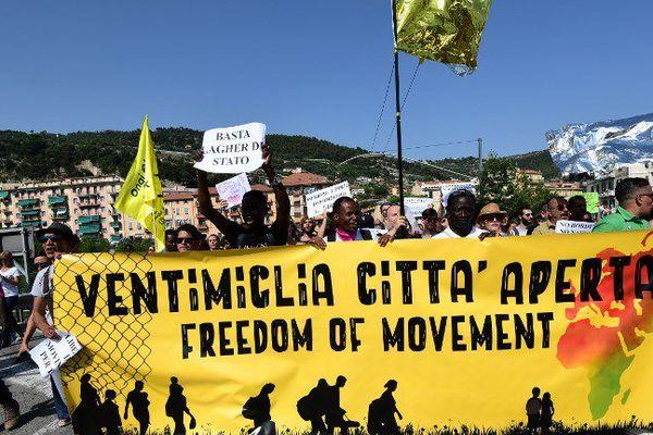 Des milliers de manifestants étaient réunis à Vintimille.