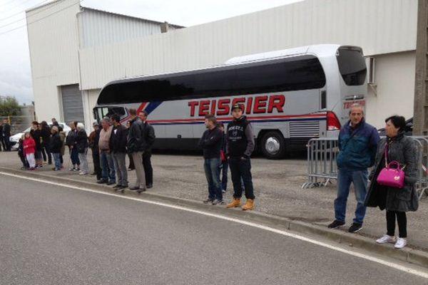 Des badauds devant l'usine de La Fabrique du Sud attendent le président François Hollande en visite à Carcassonne en mai 2015.
