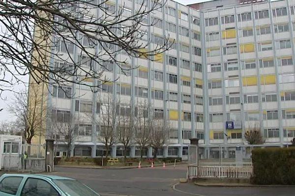 Le bâtiment des Chèques Postaux, imposant immeuble de 8 étages à Orléans-la-Source