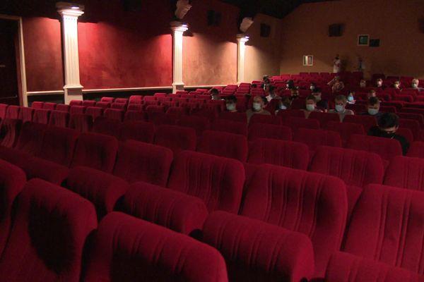 La capacité de la salle est réduite de 248 à 49 places.